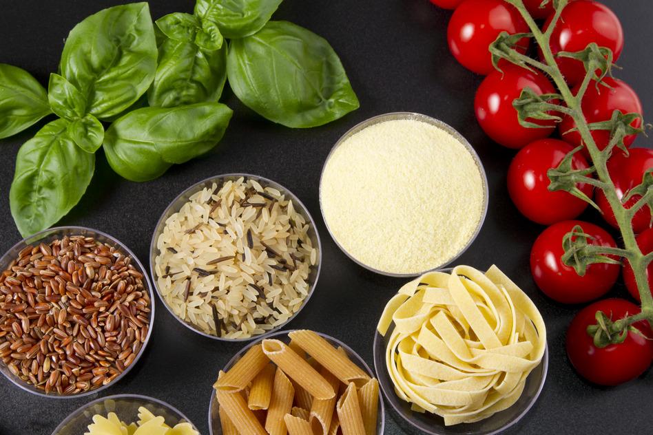 pasta, tomaten und Basilikum