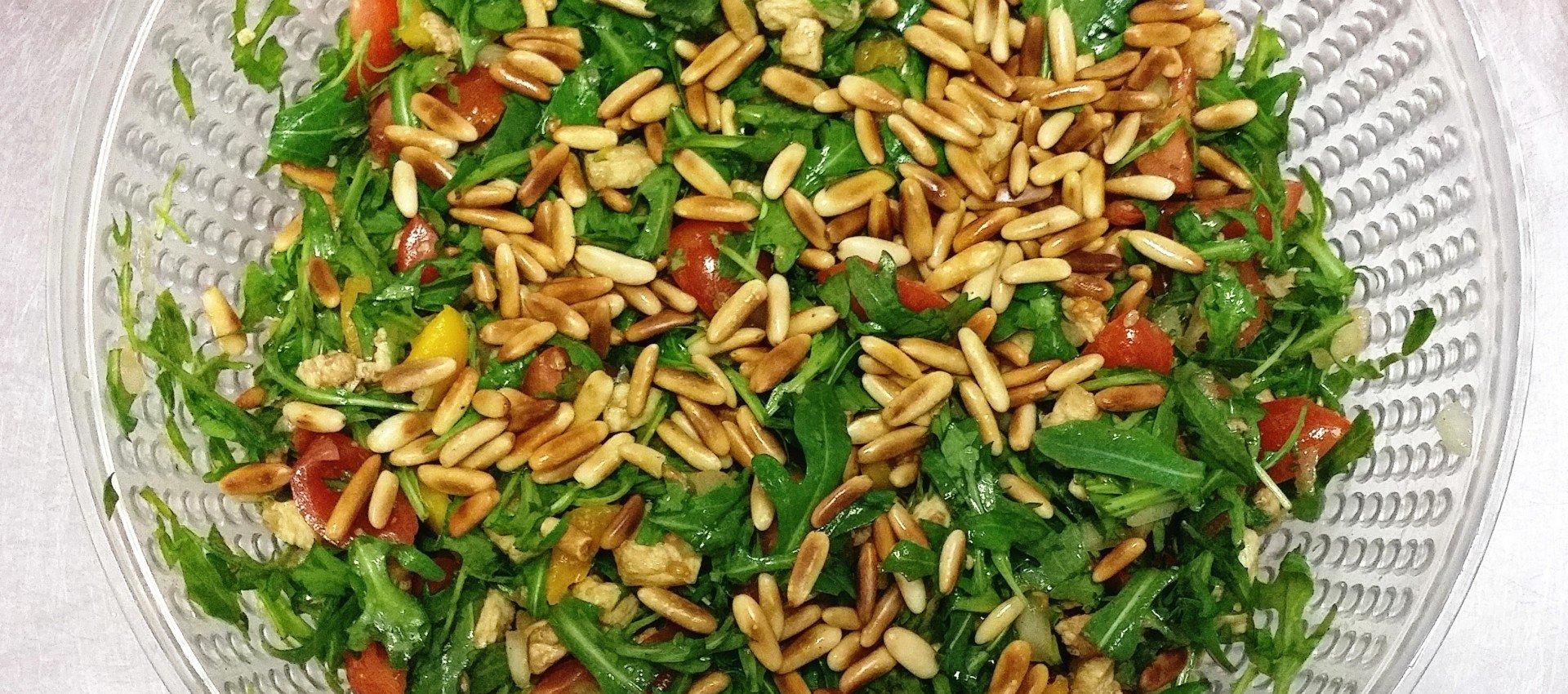 Rucolasalat mit Mozzarella und Pinienkerne