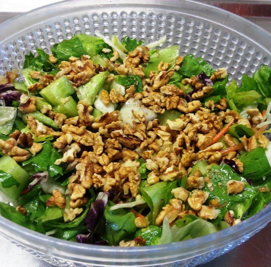 Salatmix mit Wallnuessen