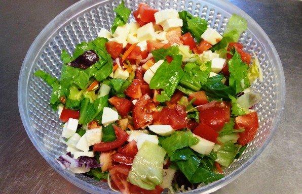 Rohkostsalat mit Tomate und Mozzarella