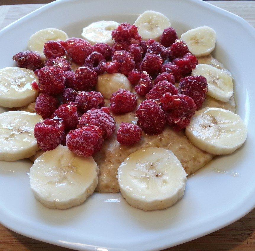 Oatmeal mit Banane und Himbeeren