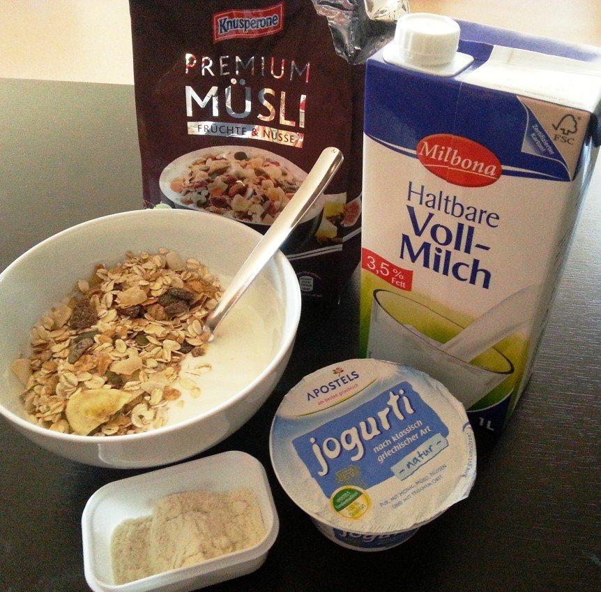 Naturjoghurt mit Fruchtmüsli und Whey