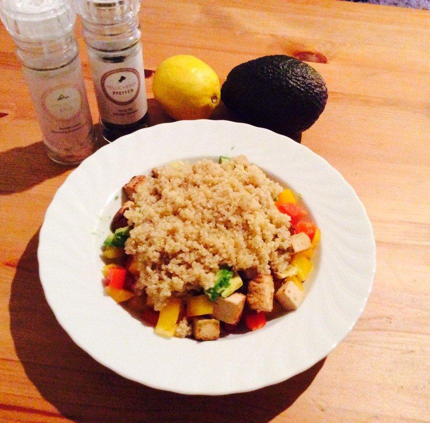 Vegan_Quinoa_Salat_mit_Avocado